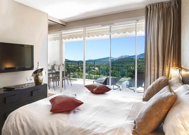 sofa property condominium Suite Bedroom pillow living room Villa flat bedclothes overlooking