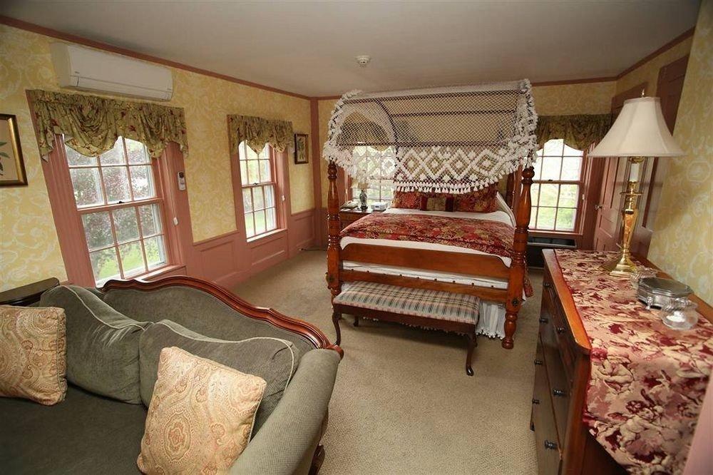 property building Bedroom cottage home Suite Villa living room rug