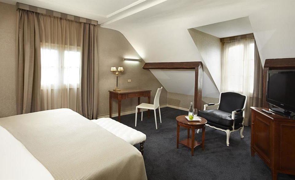 Bedroom property building Suite cottage Villa lamp