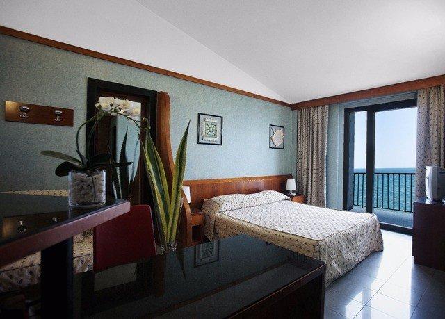 property Bedroom condominium Suite cottage Villa living room