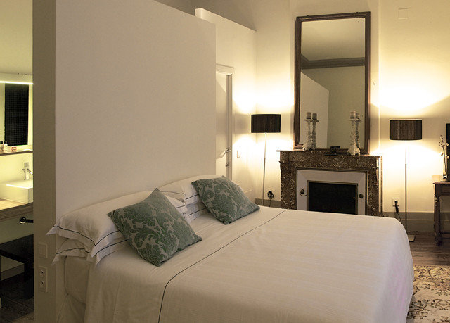 property Bedroom Suite scene home cottage Villa living room condominium