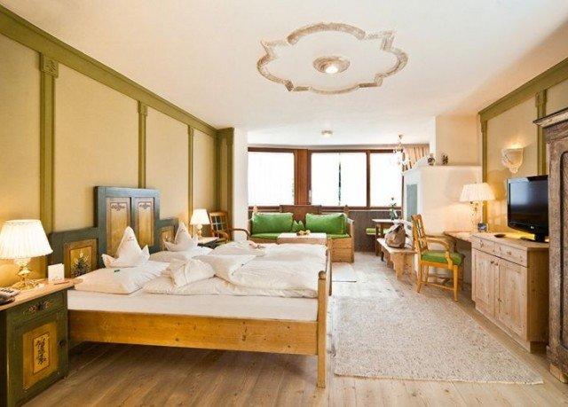 property living room Suite home Bedroom hardwood cottage mansion farmhouse condominium Villa