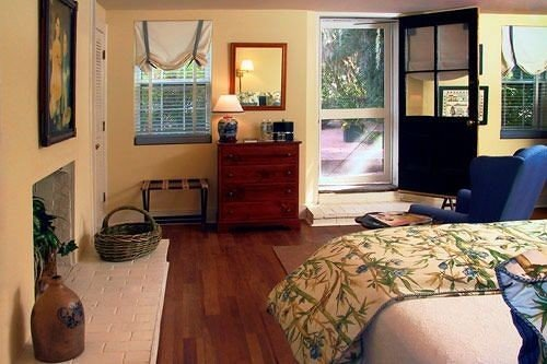 property home cottage living room Bedroom condominium hardwood Suite Villa