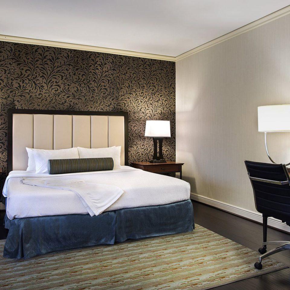 property Bedroom Suite cottage Villa condominium living room