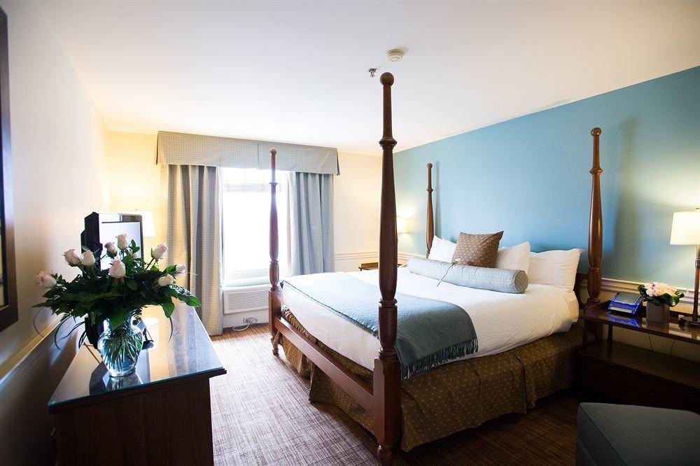 property Bedroom home Suite living room cottage Villa condominium lamp
