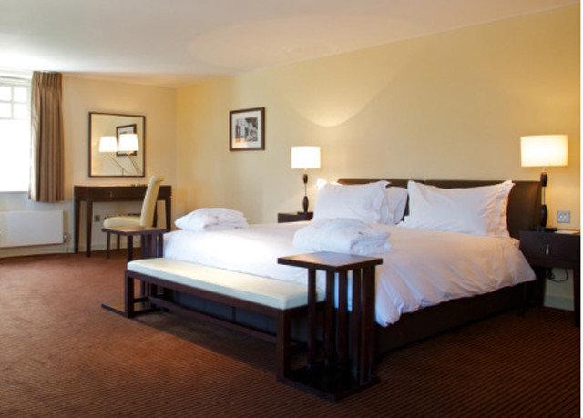 Bedroom property Suite hardwood Villa cottage condominium living room