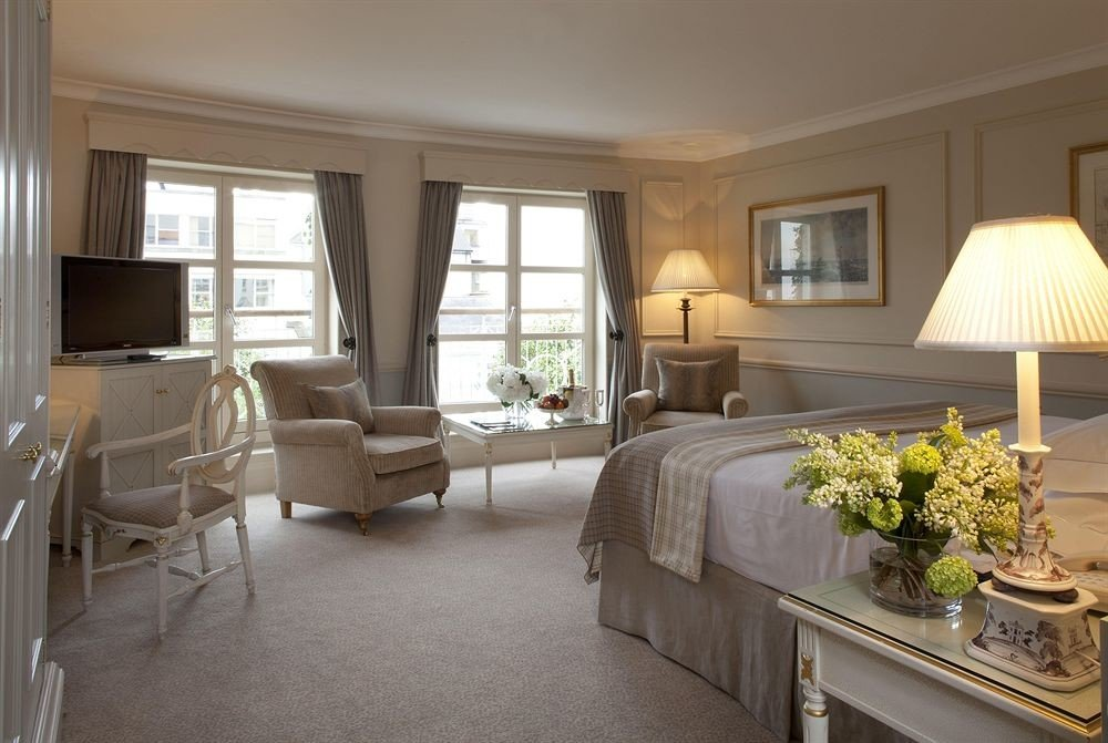 sofa property living room home condominium hardwood cottage Suite mansion Villa farmhouse Bedroom