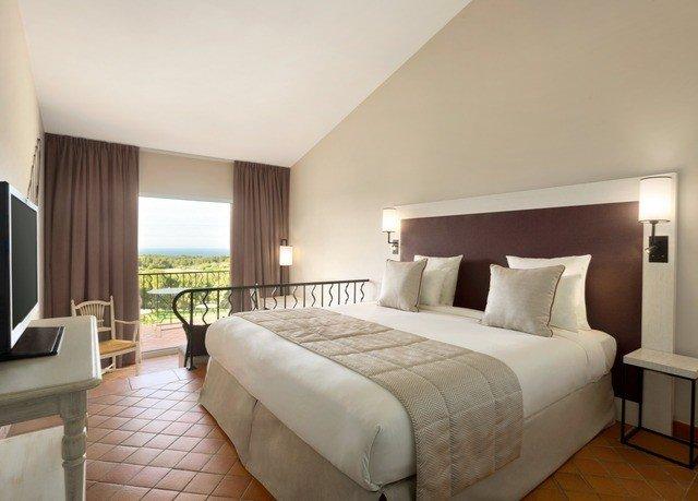 Bedroom property Suite condominium cottage Villa lamp