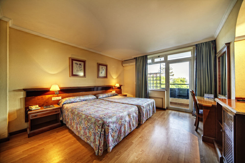 sofa Bedroom property Suite cottage Villa condominium lamp