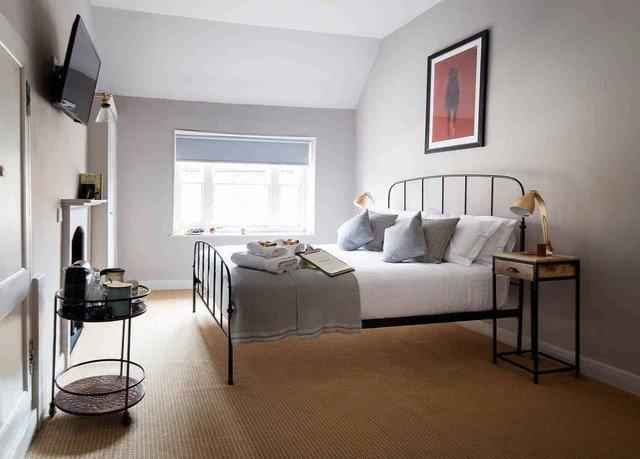 property Bedroom living room cottage home hardwood Suite condominium Villa loft