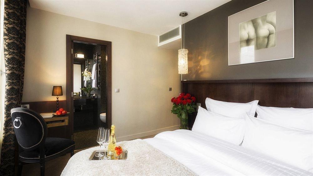 property Suite white Bedroom Villa cottage condominium