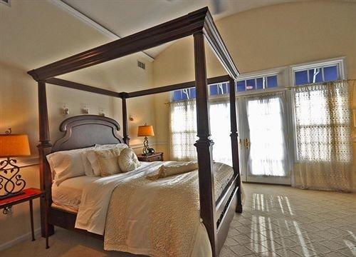 property cottage Bedroom home vehicle yacht Villa Suite condominium living room