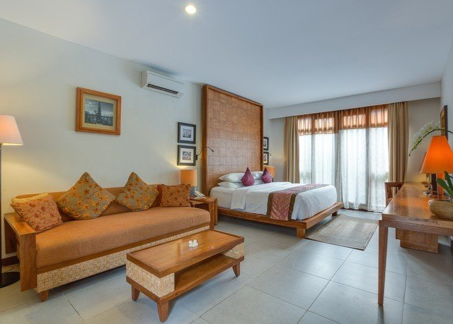 sofa property living room Villa hardwood Suite home Bedroom cottage condominium