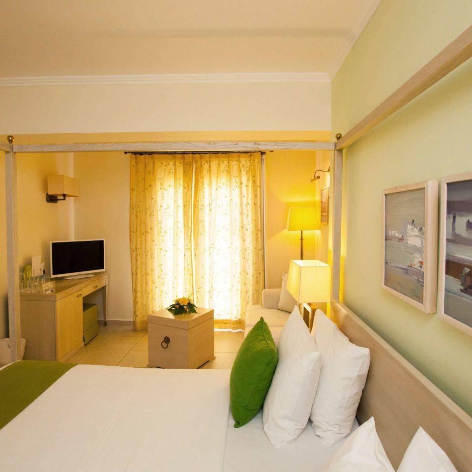 property Suite green Bedroom condominium home cottage Villa living room