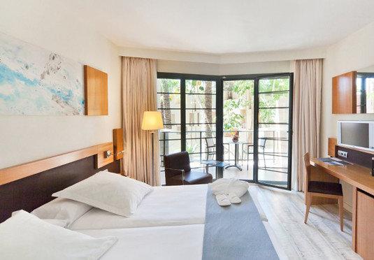 property Bedroom Suite cottage home condominium living room Villa