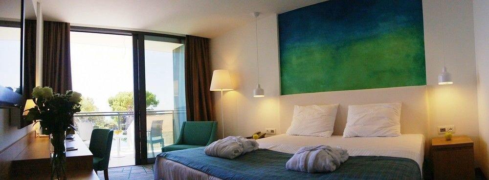 property Bedroom Suite condominium living room Villa cottage