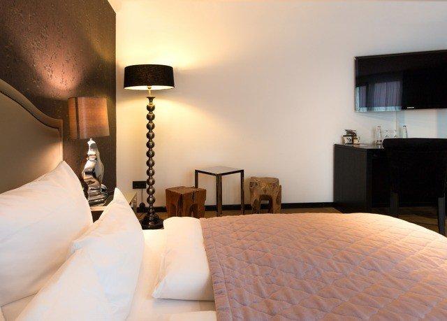 property Bedroom pillow white Suite cottage Villa lamp
