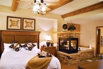 property cottage Bedroom living room Suite hardwood Villa farmhouse