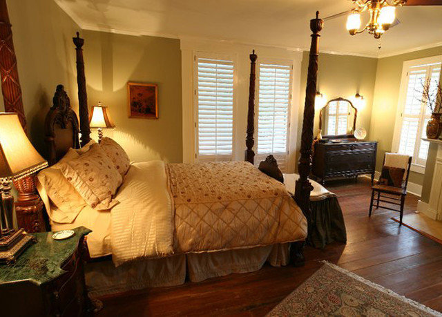 sofa property Bedroom cottage home living room hardwood Suite farmhouse Villa
