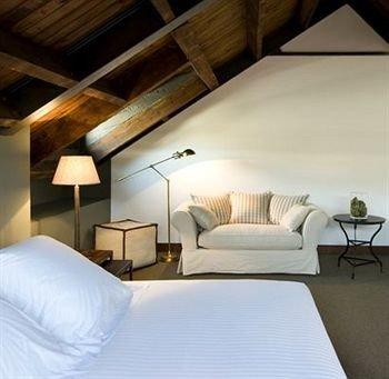 property Suite cottage daylighting living room Bedroom Villa