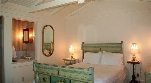 property cottage Bedroom Suite green Villa home mansion living room