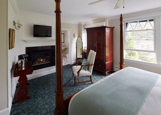property Bedroom cottage home Suite hardwood Villa farmhouse living room mansion
