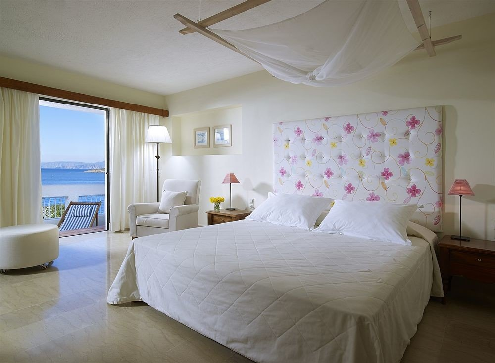 Bedroom property Suite white cottage Villa lamp