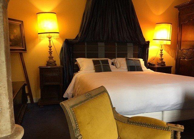 yellow property Suite Bedroom cottage Villa lamp