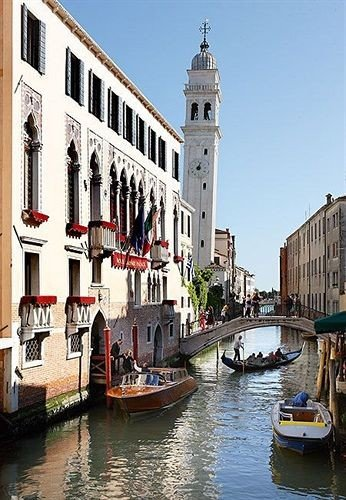 water Boat sky Canal waterway Town vehicle River channel watercraft gondola cityscape docked