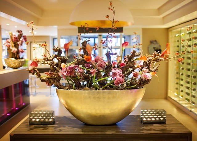 retail floristry flower arranging counter flower floral design Boutique