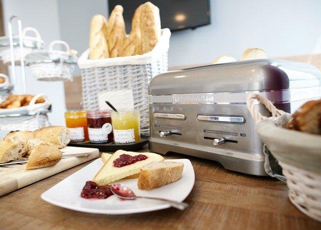 food plate brunch breakfast fast food full breakfast junk food finger food toast cuisine dining table