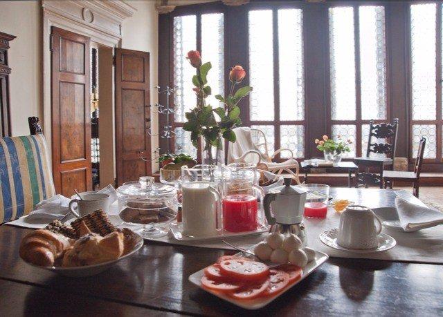 restaurant brunch breakfast lunch dining table