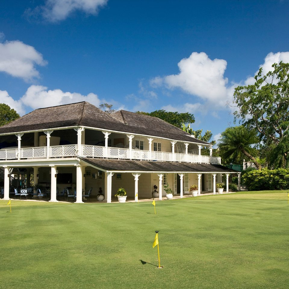 sky grass structure building field house sport venue lawn home residential area stately home golf club mansion grassy