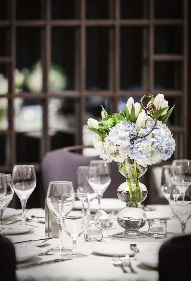white flower flower arranging centrepiece wedding ceremony floristry rehearsal dinner floral design wedding reception restaurant dinner set dining table