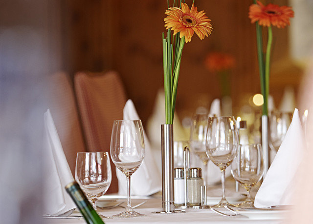 centrepiece flower flower arranging floristry lighting floral design restaurant dining table