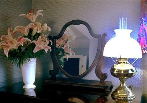 flower floristry flower arranging lighting centrepiece floral design still life painting lamp