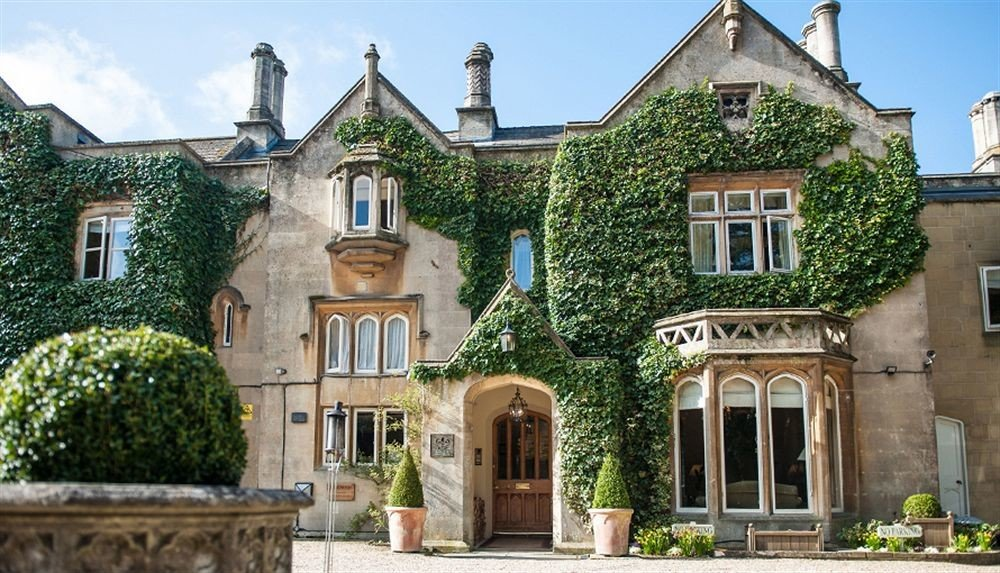 building sky property house Church home mansion neighbourhood manor house old historic house residential area stone Villa château cottage Courtyard stately home Village government building older