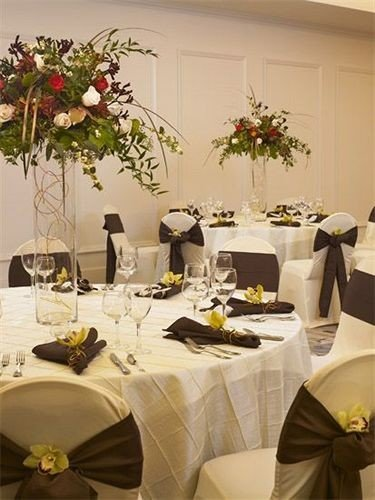 City Classic Dining centrepiece banquet flower arranging restaurant tablecloth wedding floristry function hall Party floral design wedding reception flower dining table