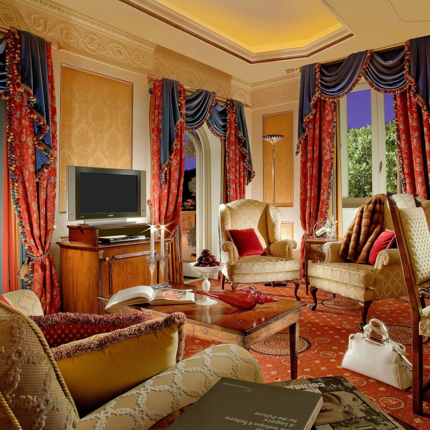 City Classic Elegant Historic Honeymoon Romance Romantic Suite sofa property living room home mansion Resort Villa cottage