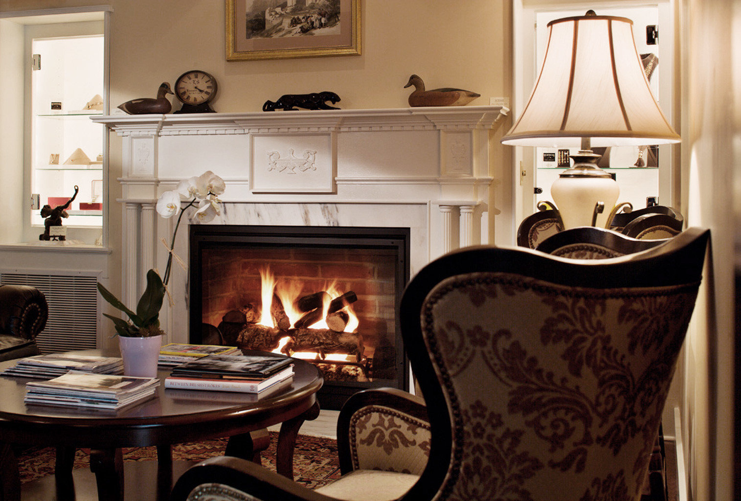 Classic Country Elegant Fireplace Inn Luxury property home living room cuisine classique cottage cabinetry Kitchen hearth