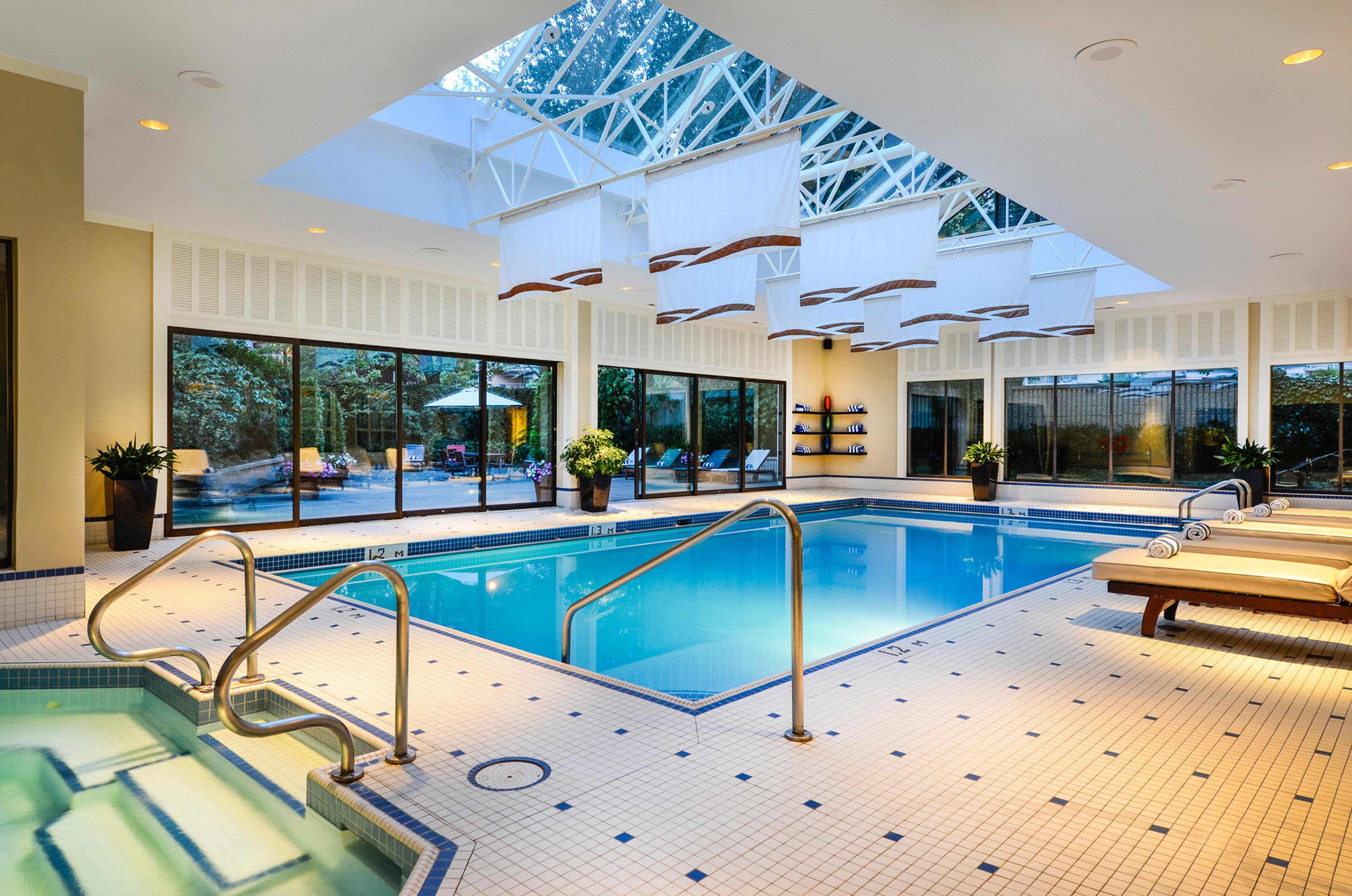 Classic Elegant Hot tub Hot tub/Jacuzzi Lounge Luxury Patio Pool swimming pool leisure property Resort condominium leisure centre home Villa convention center Lobby mansion recreation room blue