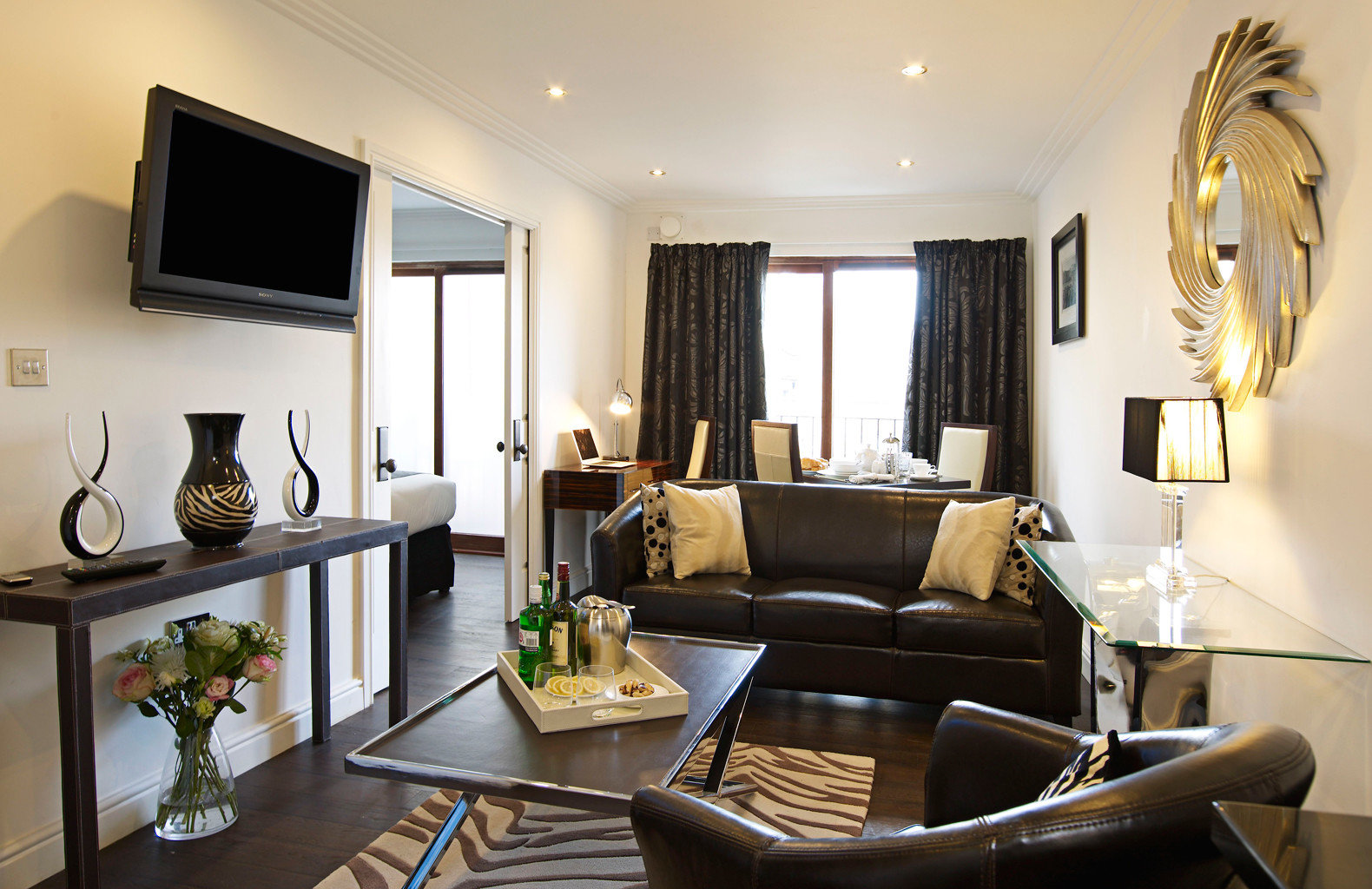 Classic Elegant living room property home Suite condominium Villa cottage flat leather