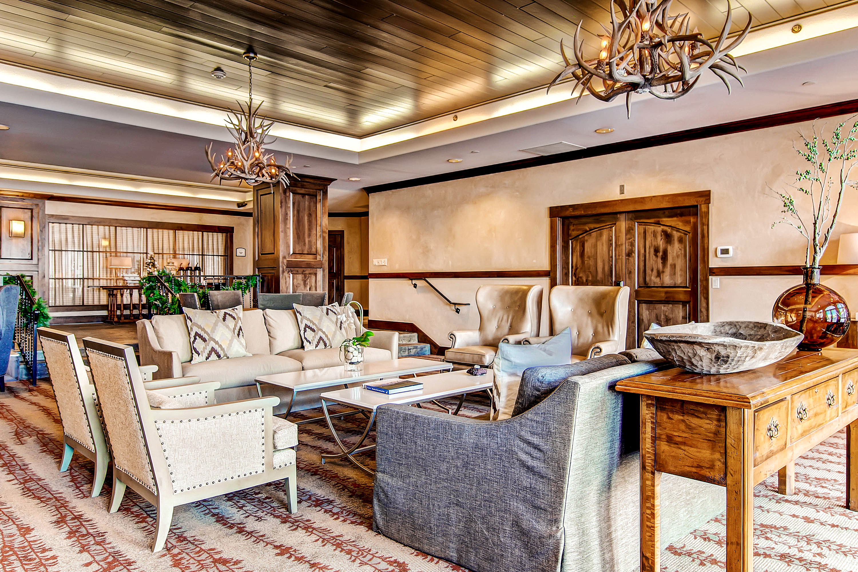 Classic Lodge Lounge Outdoor Activities Resort Ski property living room home cottage Suite farmhouse mansion