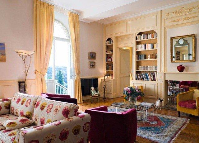 sofa property living room home cottage condominium leather