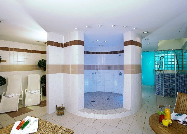 property swimming pool condominium jacuzzi cottage tiled