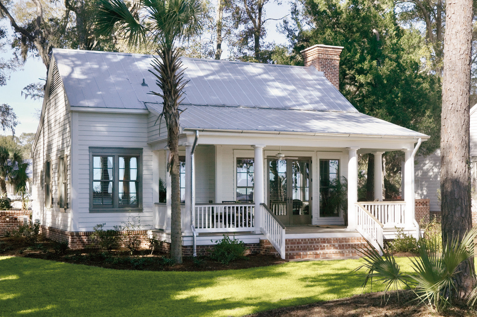Country Exterior Inn Waterfront tree grass building house home property cottage orangery farmhouse porch Villa residential area mansion siding backyard outdoor structure