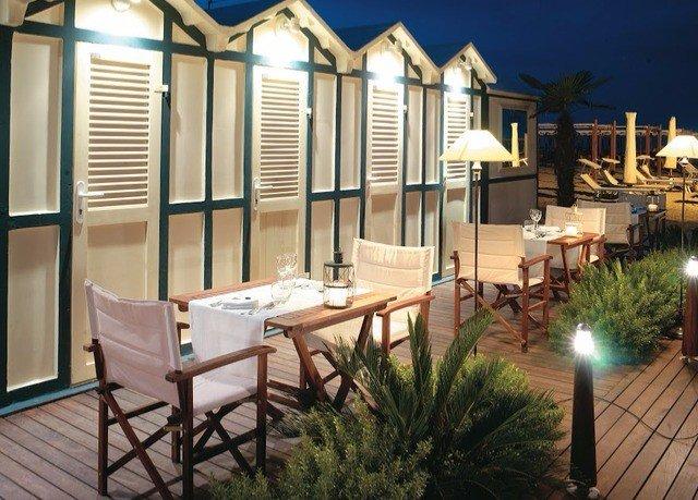 property home outdoor structure porch mansion Villa backyard condominium cottage Deck Courtyard
