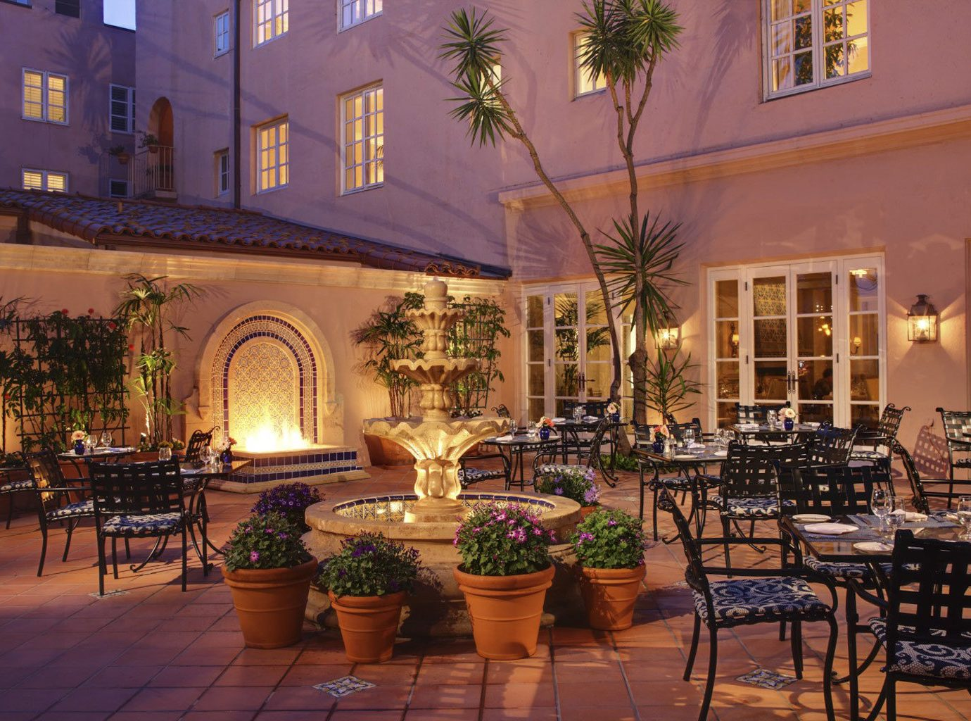 Dining Drink Eat Elegant Luxury Patio Terrace chair property Lobby restaurant Courtyard home palace hacienda Resort mansion