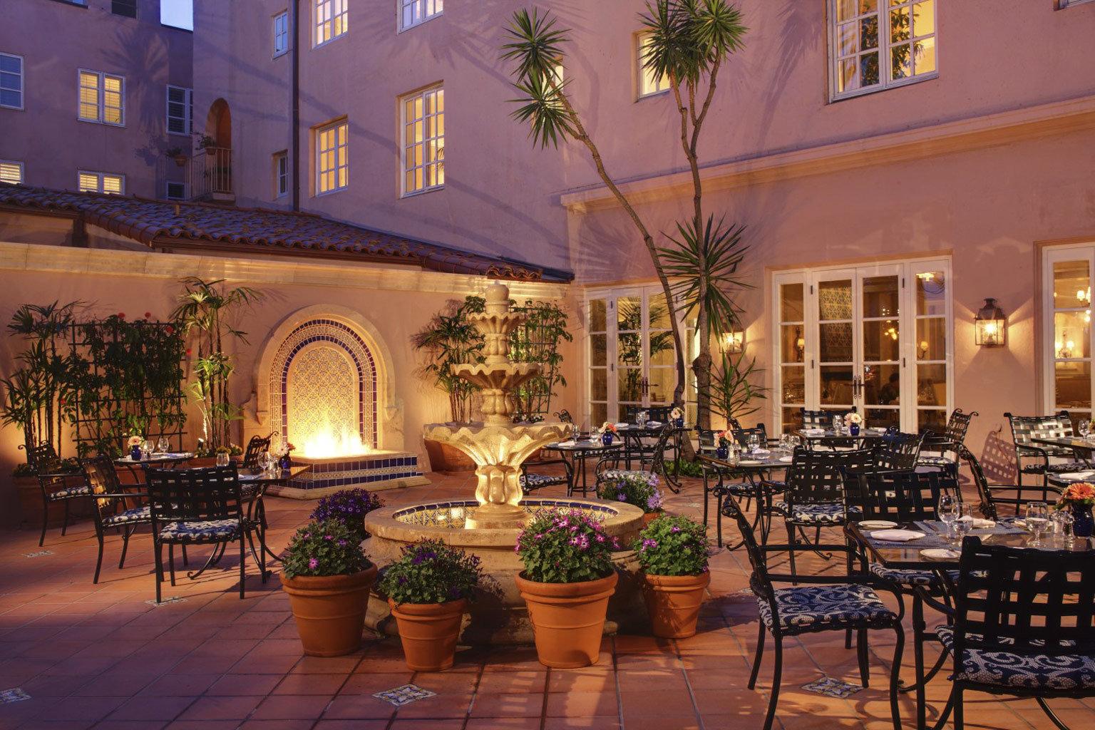 Dining Drink Eat Elegant Luxury Patio Terrace chair property Lobby restaurant Courtyard home palace hacienda Resort mansion