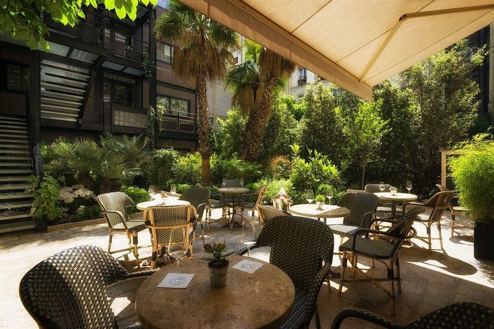 tree chair property Dining Courtyard backyard outdoor structure home Patio yard restaurant porch Resort Villa cottage Garden set